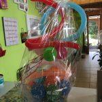 Ballongeschenkverpackung Ballongeschenk zum 20. Firmenbestehen in bunt.