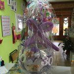 Ballongeschenk in weiß-lila zum 30. Geburtstag. Ballongeschenkverpackung