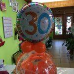 Ballongeschenk zum 30. Geburtstag in orange. Ballongeschenkverpackung
