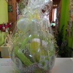 Ballongeschenkverpackung Ballongeschenk zum 50. Geburtstag in gelb-grün-weiß mit einer Blume.