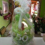 Ballongeschenk zum 50. Geburtstag in grün-weiß. Ballongeschenverpackung