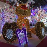 Christmasworld LED-Leuchtfigur Rentier sitzend mit Geschenk